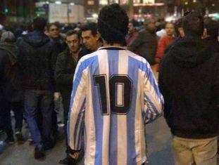 A camisa 10 da Argentina em meio aos torcedores do Napoli no Santiago Bernabéu.