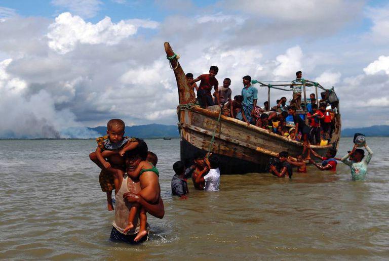 Refugiados rohingyas atravessam de barco de Myanmar para Bangladesh, nesta segunda-feira
