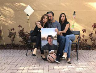 Os pais e a irmã de Joaquín Oliver com um retrato dele.