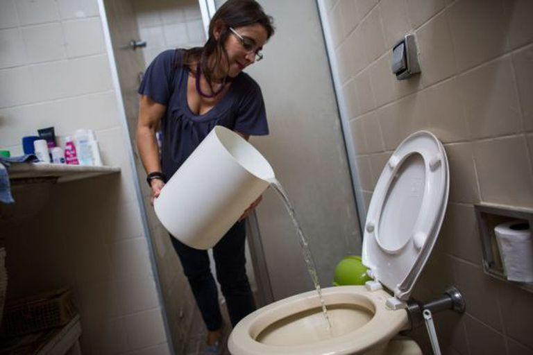 Mariana Chaves, vizinha de Perdizes, fica sem água 12 horas por dia desde o ano passado.