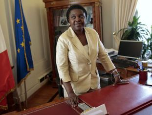 Ministra da Itália Cécile Kyenge foi insultada pelos seus oponentes.