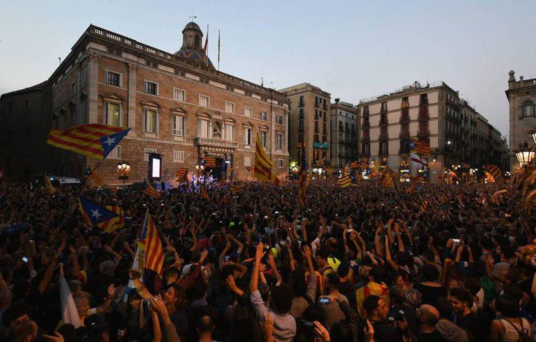 Milhares de manifestantes comemoram decisão do Parlamento catalão de dar início ao processo de independência.