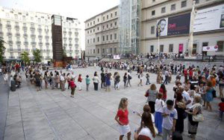 Filas quilométricas na praça de Sánchez Bustillo para a exposição de Dalí no Reina Sofía.