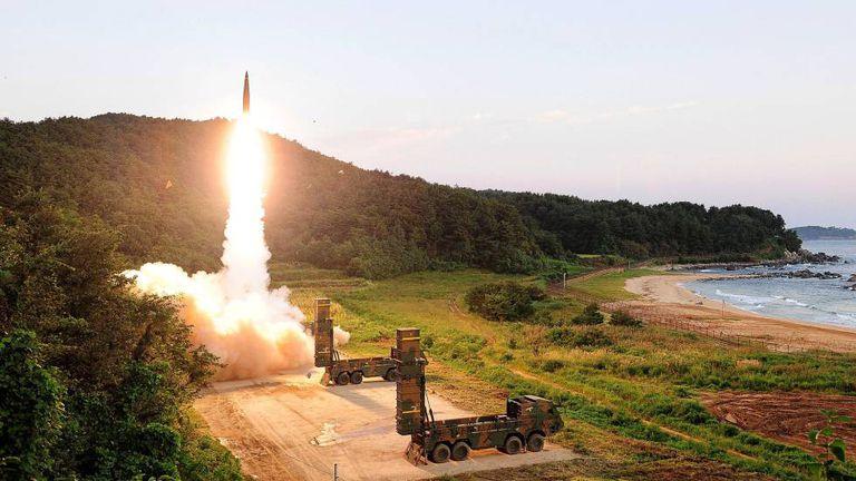 Míssil sul-coreano é disparado durante exercícios em resposta ao teste atômico da Coreia do Norte.