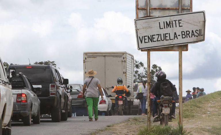 Venezuelanos na fronteira com o Brasil, em Santa Elena de Uairen.