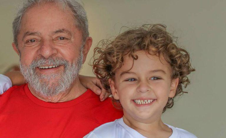 O ex-presidente Lula com o neto Arthur Araújo Lula da Silva, 7 anos, que morreu nesta sexta-feira, vítima de uma meningite. A foto foi cedida pelo Instituto Lula.