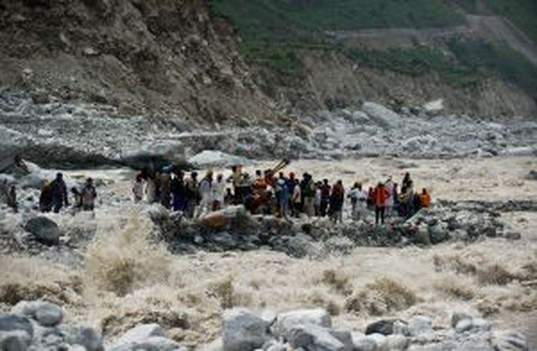 Em 2013, registraram-se as chuvas mais intensas em 100 anos no norte da Índia, afetaram 100.000 pessoas. Na fonte, um grupo de viajantes espera ser resgatado.