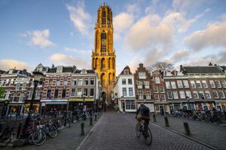 Ciclista passeia por uma rua cheia de bicicletas em Utrecht (Holanda).