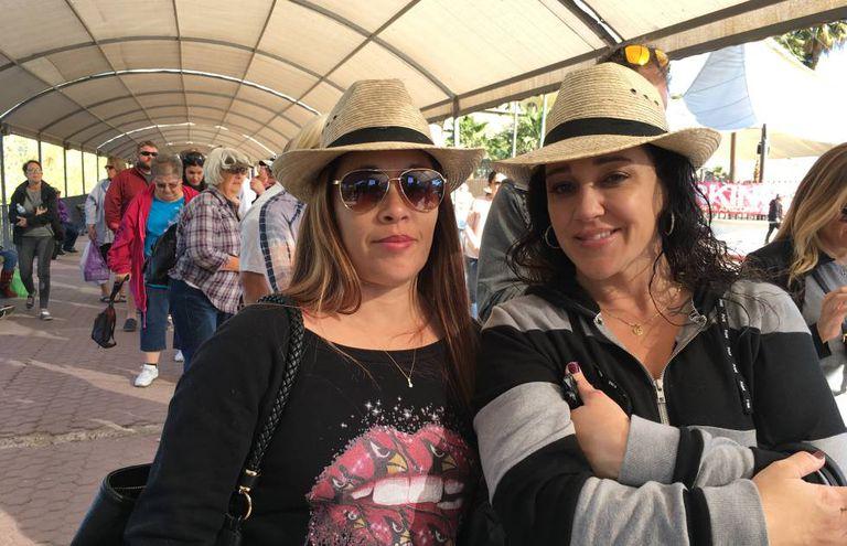 Sheinah Rodríguez (à direita) e Marie Luna, do Arizona, na fila para atravessar a fronteira em Los Algodones