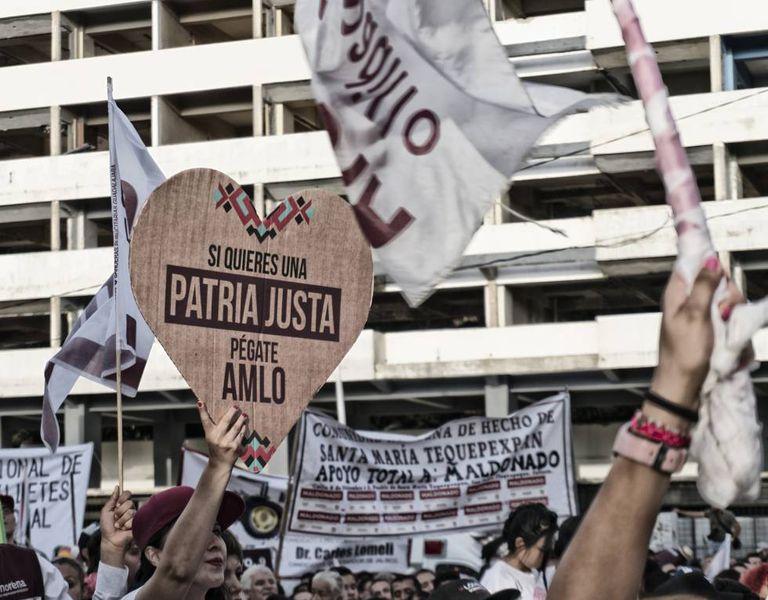Público grita palavras de apoio a López Obrador no encerramento da sua campanha em Jalisco.