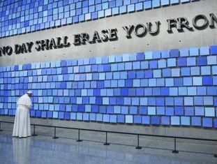 O Papa visita o Museu do 11 de setembro em NY.