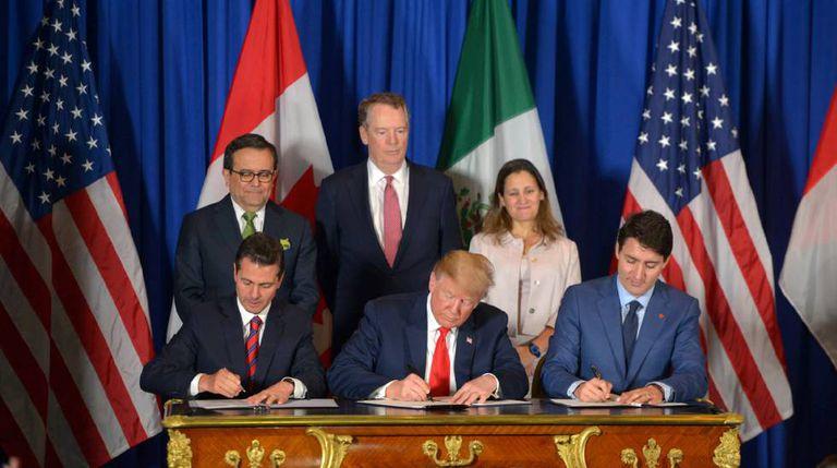 Foto conjunta dos três presidentes e seus ministros, durante a assinatura.
