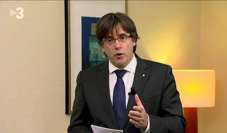 Puigdemont durante sua mensagem gravada, emitida na TV.