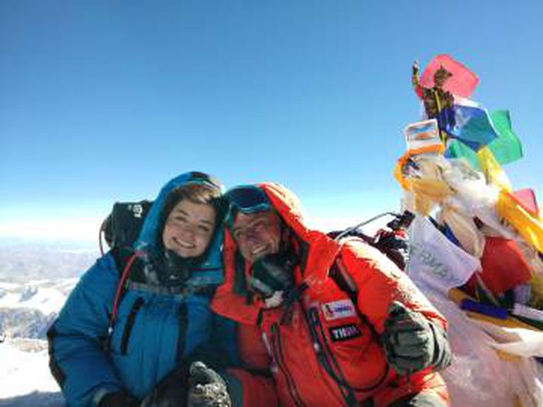Ayesha e Renato no topo da montanha.