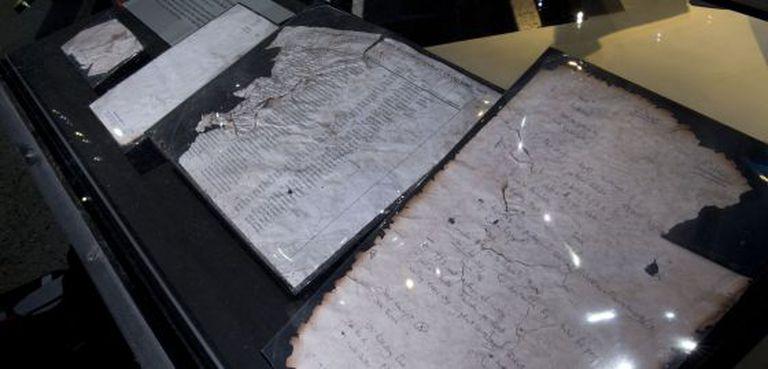 Folhas de papel escritas à mão encontradas depois do atentado.