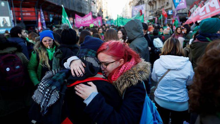 Milhares de pessoas festejam a aprovação da despenalização do aborto nas imediações da praça do Congresso, em Buenos Aires.