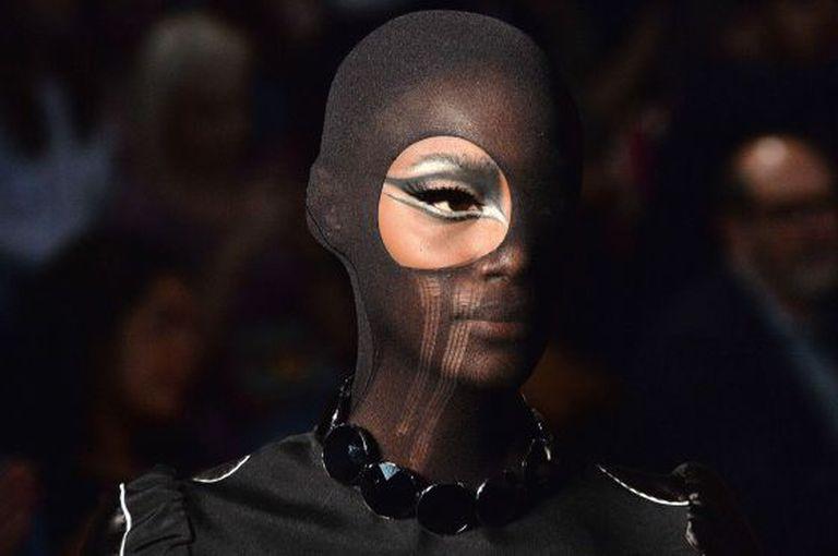 Modelo negra desfila para Alexandre Herchcovitch.