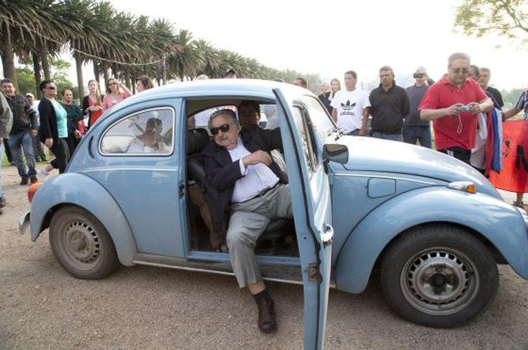Mujica desce de seu carro para votar neste domingo em Montevidéu.