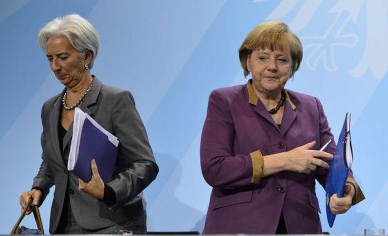 Christine Lagarde, chefe do FMI (esq.), com Angela Merkel, em 2012.