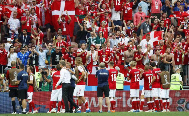 Dinamarqueses comemoram a vaga nas oitavas de final.