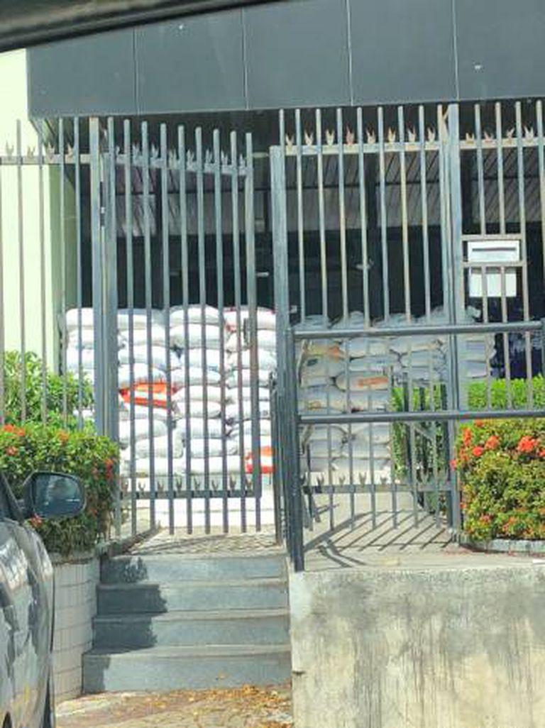 Sacos de areia são colocados em entrada de prédio da Secretaria Municipal de Segurança Cidadã de Fortaleza.