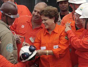 Dilma assina autógrafos a funcionários da Petrobras.