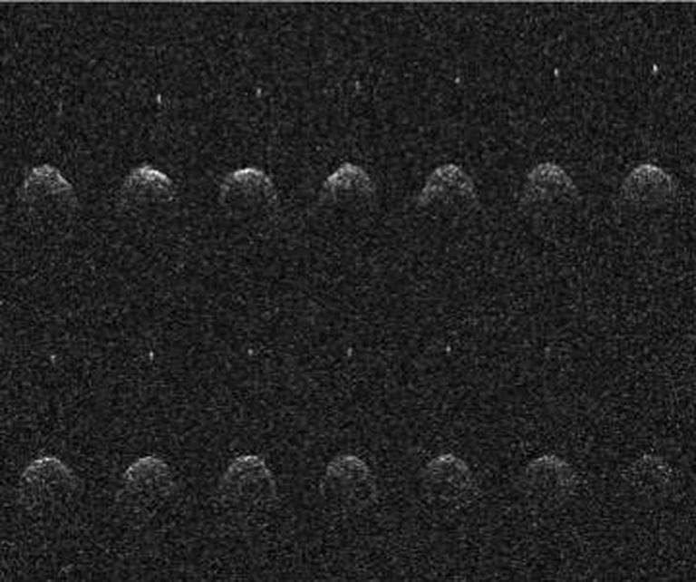 Imagem do asteroide Didymos com seu satélite, registrada em 2003 no observatório de Arecibo, em Porto Rico.
