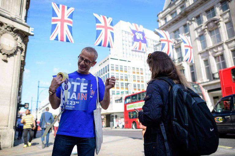 Os ativistas pela permanência do Reino Unido distribuem adesivos em Oxford Circus, Londres.