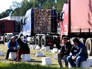 Caminhoneiros bloqueiam a BR-116, em Curitiba.
