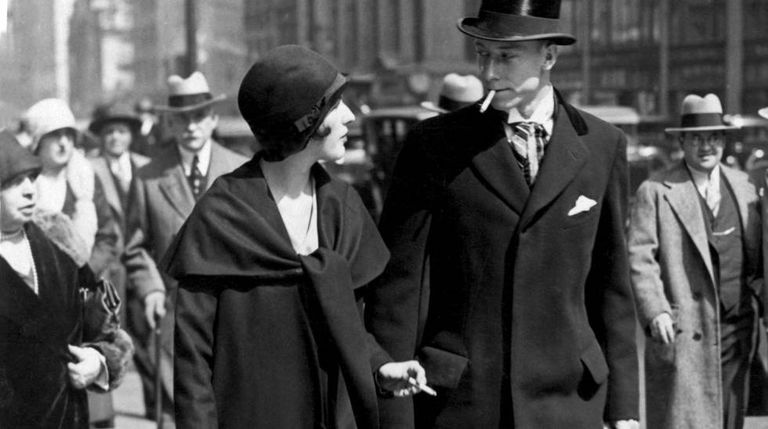 """Uma mulher exibe sua """"tocha da liberdade"""" em nova York, em 1928, em uma ação organizada por Bernays para a American Tobacco Company"""