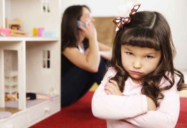 A menina que critica que a mãe passa mais tempo com o celular do que com ele.