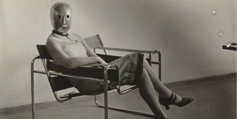 Mulher posa em 1926 com uma máscara de Oskar Schlemmer na poltrona Wassily, de Marcel Breuer.