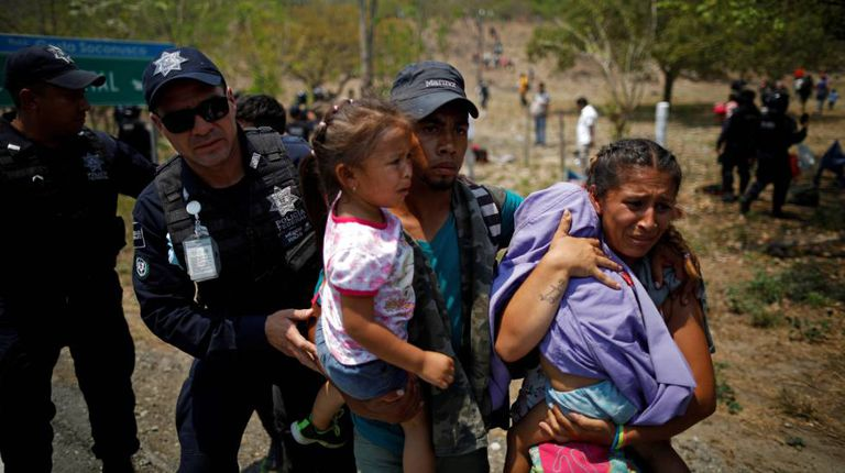 Policiais detêm um grupo de migrantes nesta segunda-feira no sul do México.