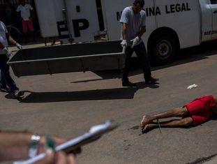 Peritos chegam para recolher o corpo de Lúcio, morto às 8h de um sábado em Natal, em março de 2018.