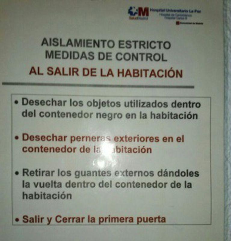 Instruções de isolamento do vírus colocadas no Hospital La Paz, em Madri.