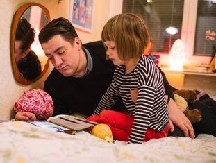 James cuida de sua filha Lily.