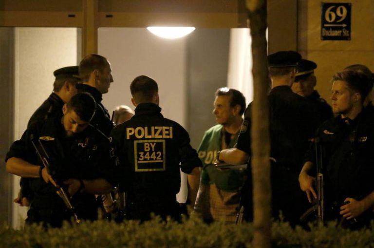A policia alemã patrulha um edifício
