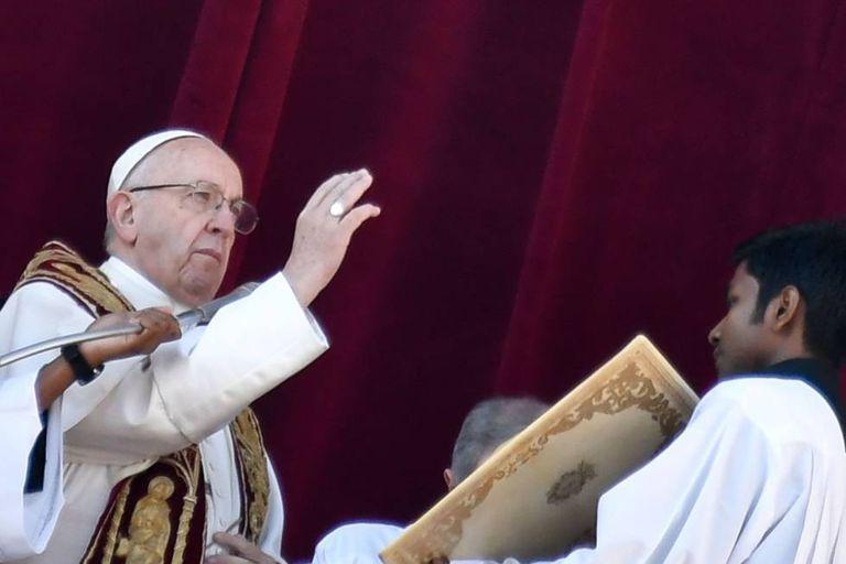 O papa Francisco dá a benção 'urbi et orbi' da sacada da basílica de São Pedro em 25 de dezembro.
