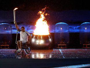 Clodoaldo Silva acende a pira olímpica.