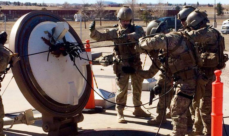 Membros do esquadrão 790 na base de mísseis nucleares Francis E. Warren.