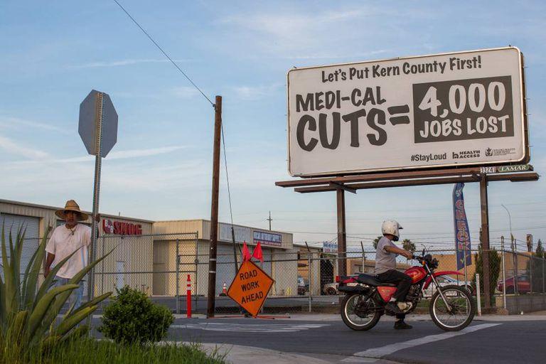Cartazes contra os cortes na saúde pública, em Bakersfield.