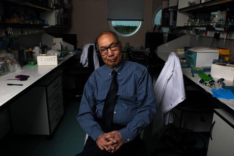 O pesquisador sino-canadense Tak Mak no Centro Nacional de Biotecnologia da Espanha.