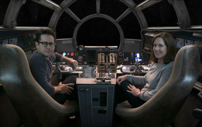 O diretor J. J. Abrams e a produtora Kathleen Kennedy, a bordo do Halcón Milenario.