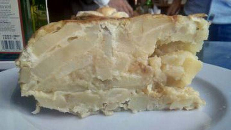 Um farto pedaço de 'tortilla de patatas' no Maripili.