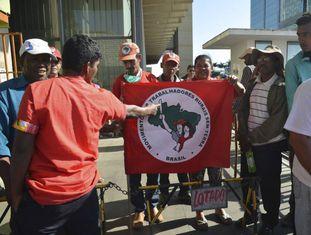 Integrantes do Movimento dos Trabalhadores Rurais Sem Terra durante protesto em Brasília