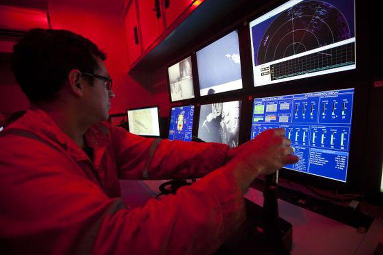 Um técnico opera um robô na plataforma de águas profundas Centenario.