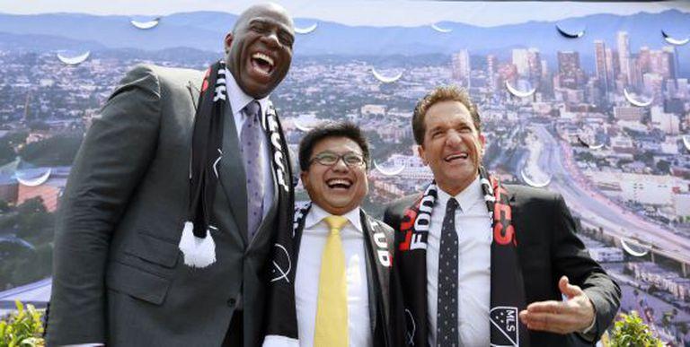 Os investidores Earvin 'Magic' Johnson, Henry Nguyen e Peter Guber, depois de anunciar a construção de um estádio de futebol em Los Angeles, na segunda-feira.
