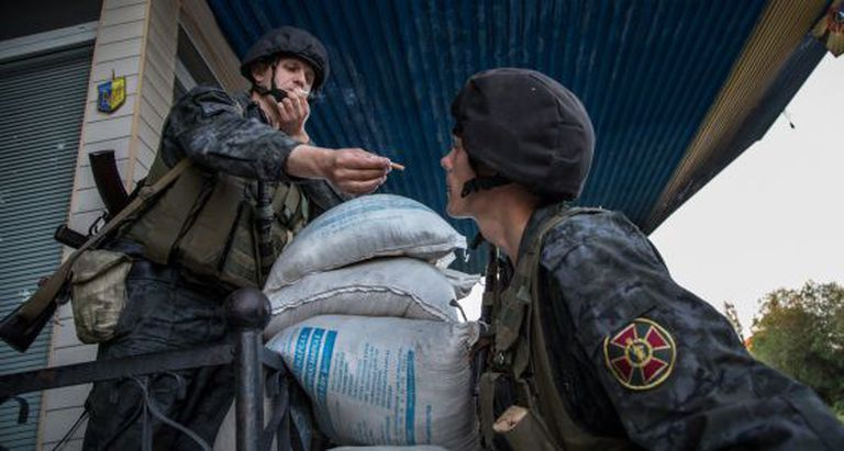 Soldados ucranianos em um posto de controle de Slaviansk.