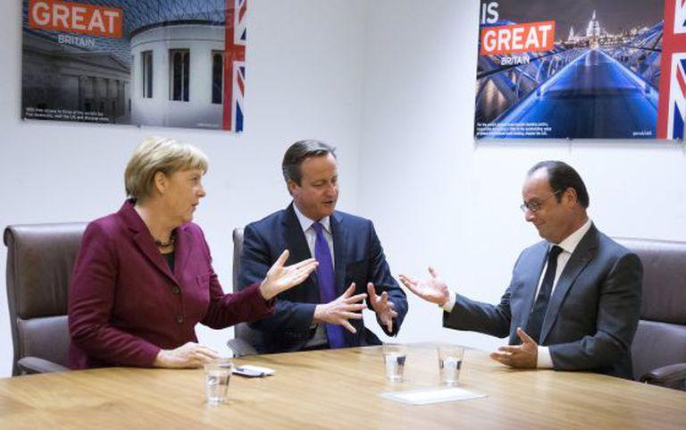 Angela Merkel, David Cameron e François Hollande em encontro celebrado durante a cúpula de Bruxelas.