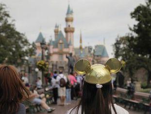 Mulheres diante do castelo da Bela Adormecida, na Disneylândia.